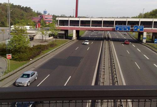 Autobahn mit ehemaligem Kontrollpunkt Dreilinden