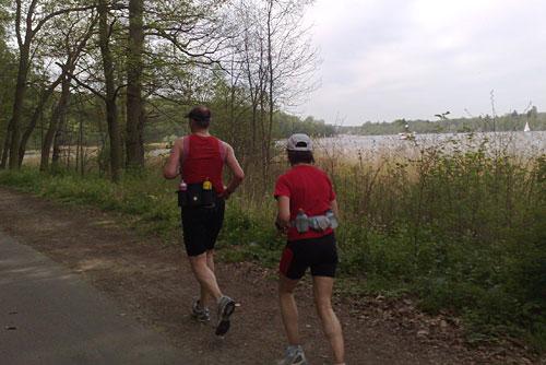Läuferin und Läufer am Ufer des Wannsees