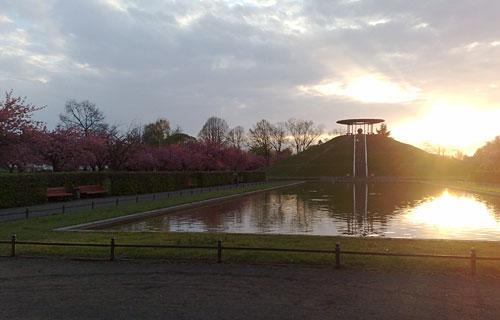 Lilienthal-Denkmal mit blühenden Kirschbäumen bei Sonnenaufgang