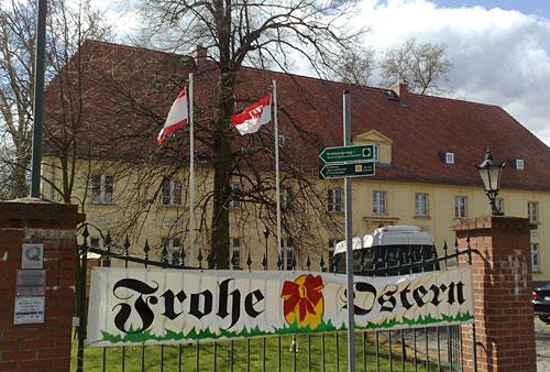 Schloss Diedersdorf mit Schild Frohe Ostern