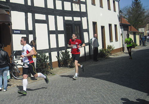 Läufer kurz vor dem Zieleinlauf beim Spreewald-Halbmarathon