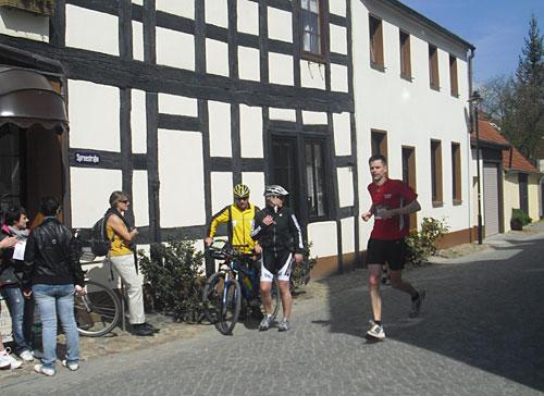 Läufer kurz vor dem Spreewald-Halbmarathon-Ziel