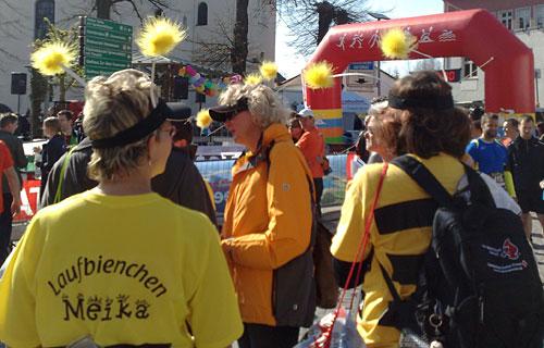 Läuferinnen mit Bienen-Accessoires