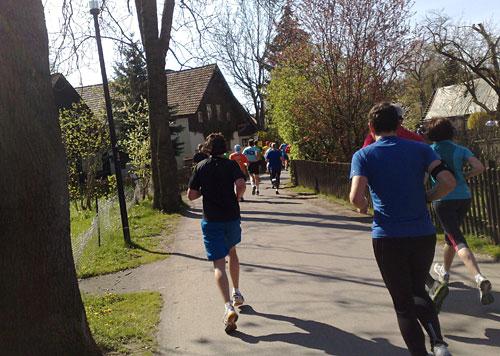 Läufer auf schmalem Weg