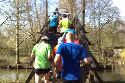 Läufer laufen eine Holztreppe hoch