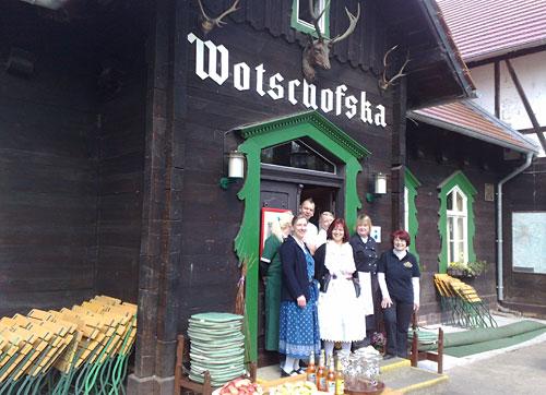 Belegschaft des Gasthauses Wotschofska vor dem Eingang