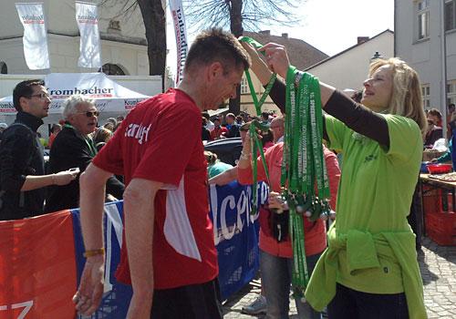 Medaillenübergabe im Ziel des Spreewald-Halbmarathon