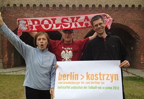 Jubelnde Läufer der Lauf-Staffel Berlin-Kostrzyn