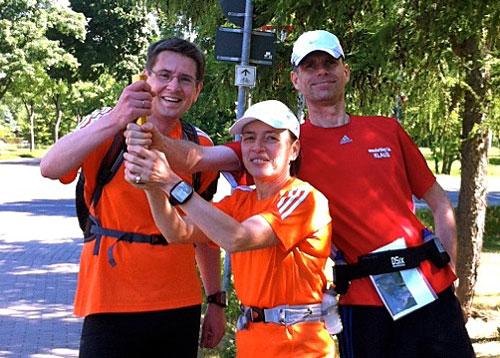 Läufer der Staffel Berlin-Kostrzyn bei der Staffelübergabe