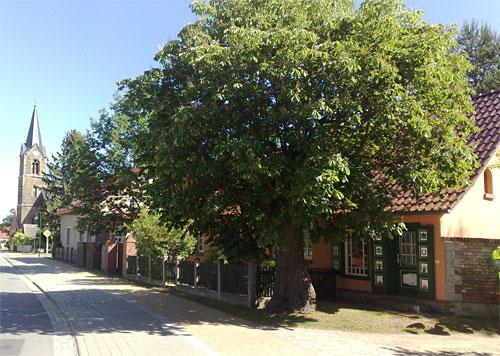 Kirche und schönes Landhaus in Kagel