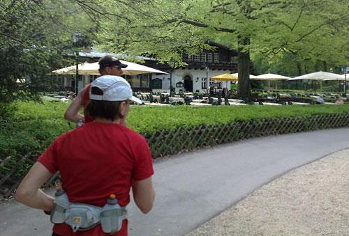 Läufer am Biergarten des Wirtshaus Moorlake
