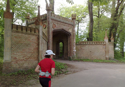 Läuferin mit altem Tor zum Park