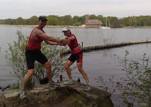 Läuferin und Läufer ringen am Ufer