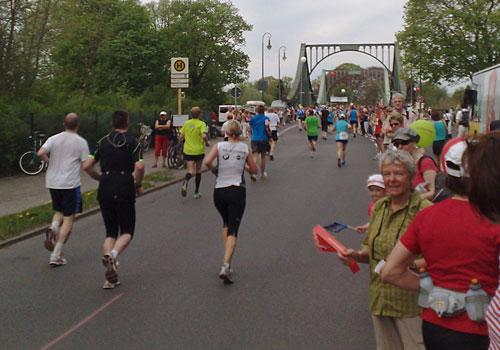 Läufer kurz vor der Glienicker Brücke