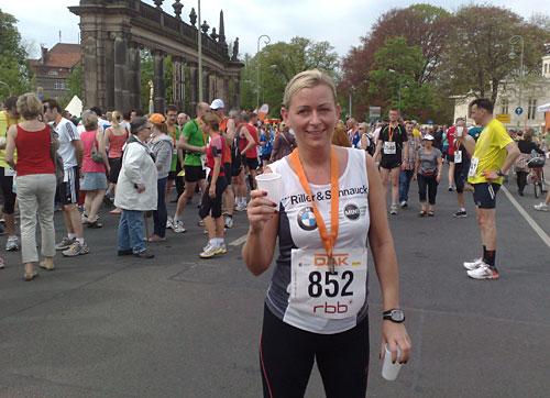 Läuferin mit Medaille des RBB-Laufs (Drittelmarathon Potsdam)