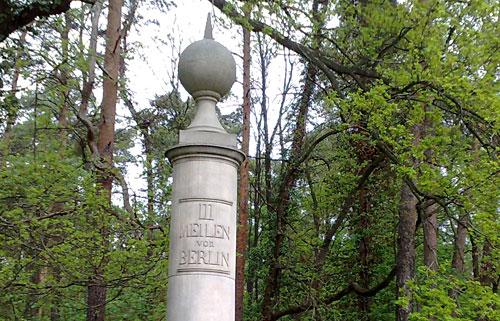 Säule mit Beschriftung: 3 Meilen von Berlin