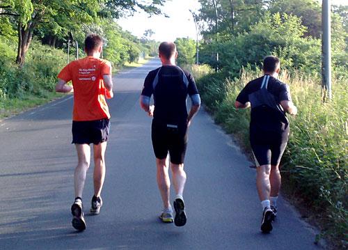 Drei Läufer auf Straße