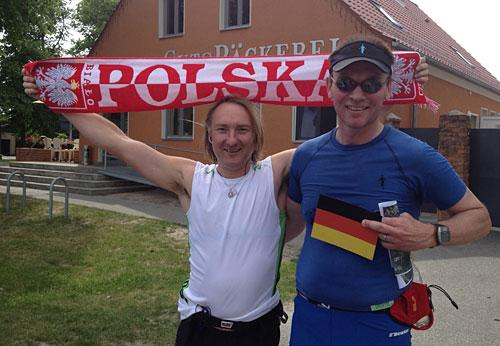 Läufer mit Polska-Schal und Läufer mit Deutschland-Fahne