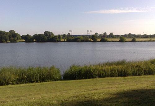 Blick über den Werdersee auf das Weserstadion
