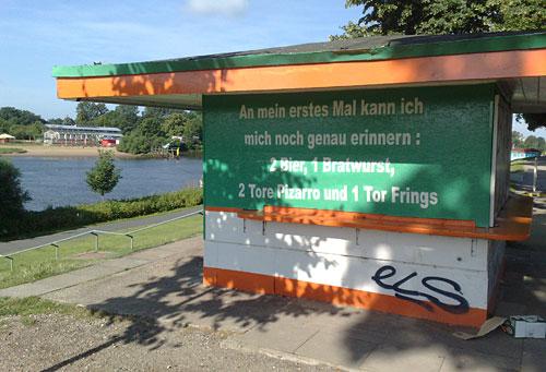 Text auf Kiosk-Wand: An mein erstes Mal kann ich mich noch genau erinnern: 2 Bier, 1 Bratwurst, 2 Tore Pizarro und 1 Tor Frings
