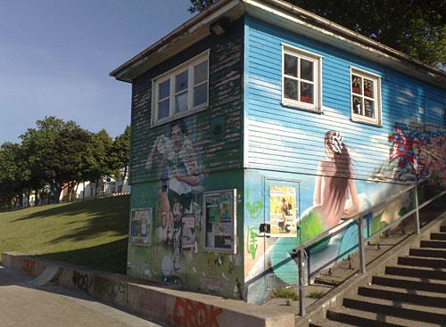 Fußballer und Meerjungfrau auf Gebäudewand am Fähranleger