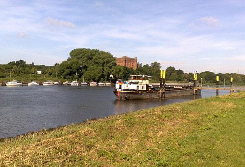 Blick auf die Weser und die Schiffe mit der umgedrehten Kommode im Hintergrund