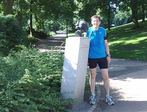 Läufer neben Büste von Paula Modersohn Becker