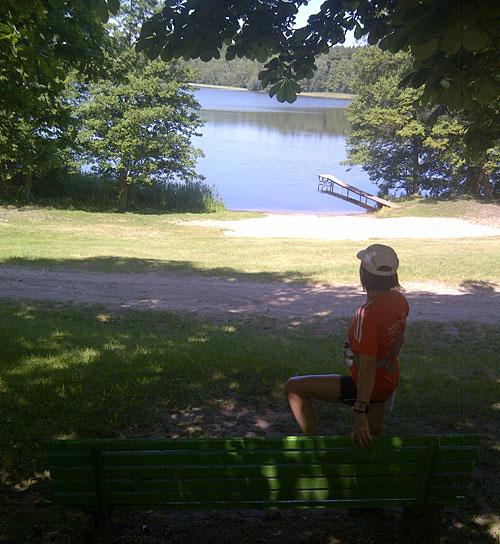 Läuferin blickt auf einen See