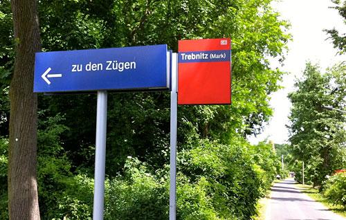 Schild zu den Zügen am Bahnhof Trebnitz