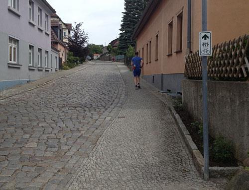 Läufer auf einer steilen Straße