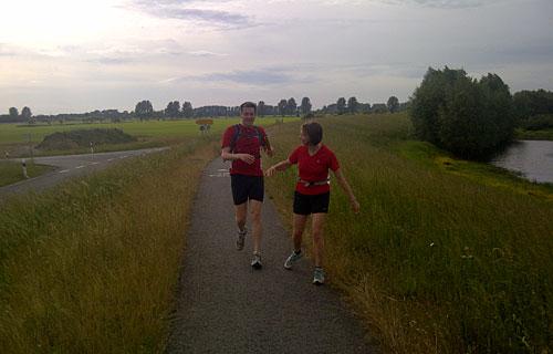 Läuferin und Läufer auf dem Oderdeich