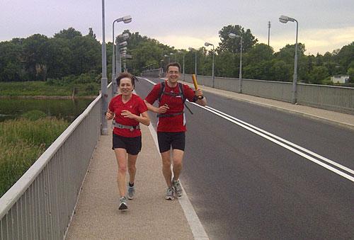 Läuferin und Läufer mit Staffelstab