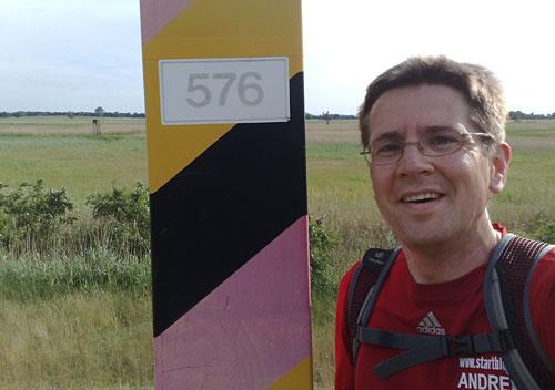 Läufer vor Grenzpfosten am Oderdeich