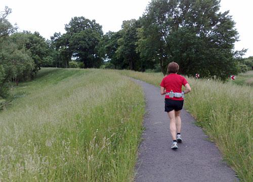 Läuferin auf dem Oderdeich