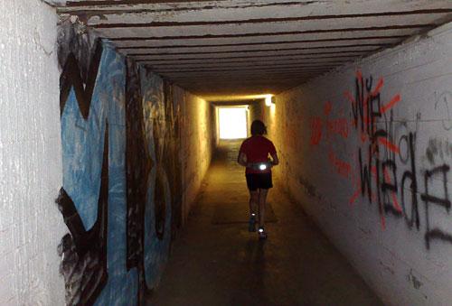 Läuferin im Tunnel