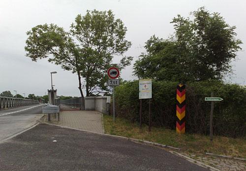 Deutscher Grenzpfosten vor Oderbrücke