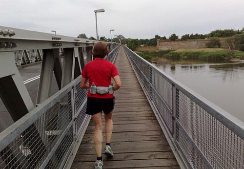 Läuferin auf Oderbrücke nach Kostrzyn nad Odra