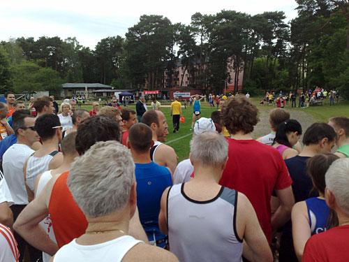 Läuferfeld vor der Startklappe zum 9. Scharmützleseelauf 2012