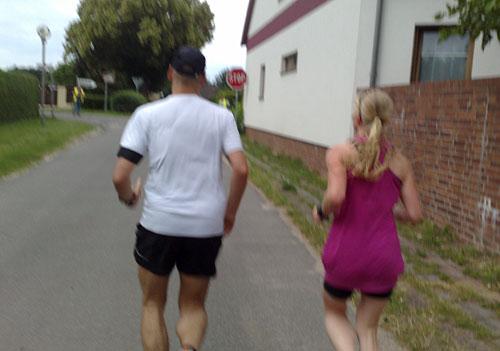Läufer und Läuferin beim Scharmützelseelauf