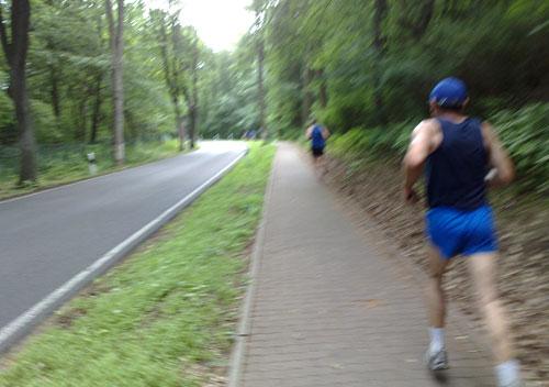 Läufer auf Weg neben der Straße