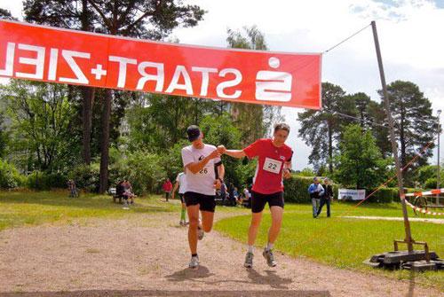 Zwei Läufer kommen beim Scharmützelseelauf 2012 ins Ziel