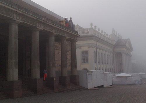 Rotes Palais und Museum Fridericianum im Nebel