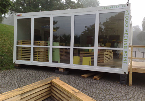 Leerer documenta-Shop im weißen Container