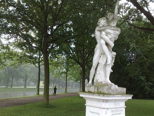 Joggerin in der Karlsaue, im Vordergrund Skulptur von Pluto und Proserpina