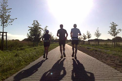 Läufer vor gleißender Sonne