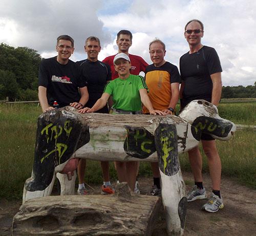 Läufer-Gruppe mit Holzkuh