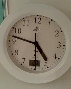 Uhr zeigt 4:47 Uhr