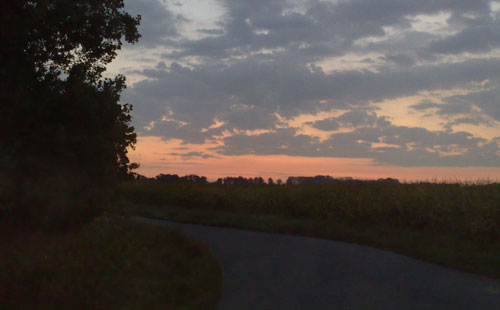 Morgengrauen mit rötlichem Himmel