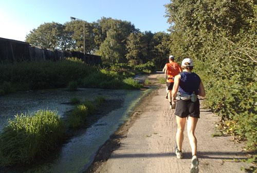 Läufer neben ekligen Dreckpfützen