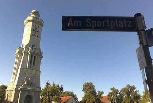 Turm in Großbeeren mit Straßenschild Am Sportplatz
